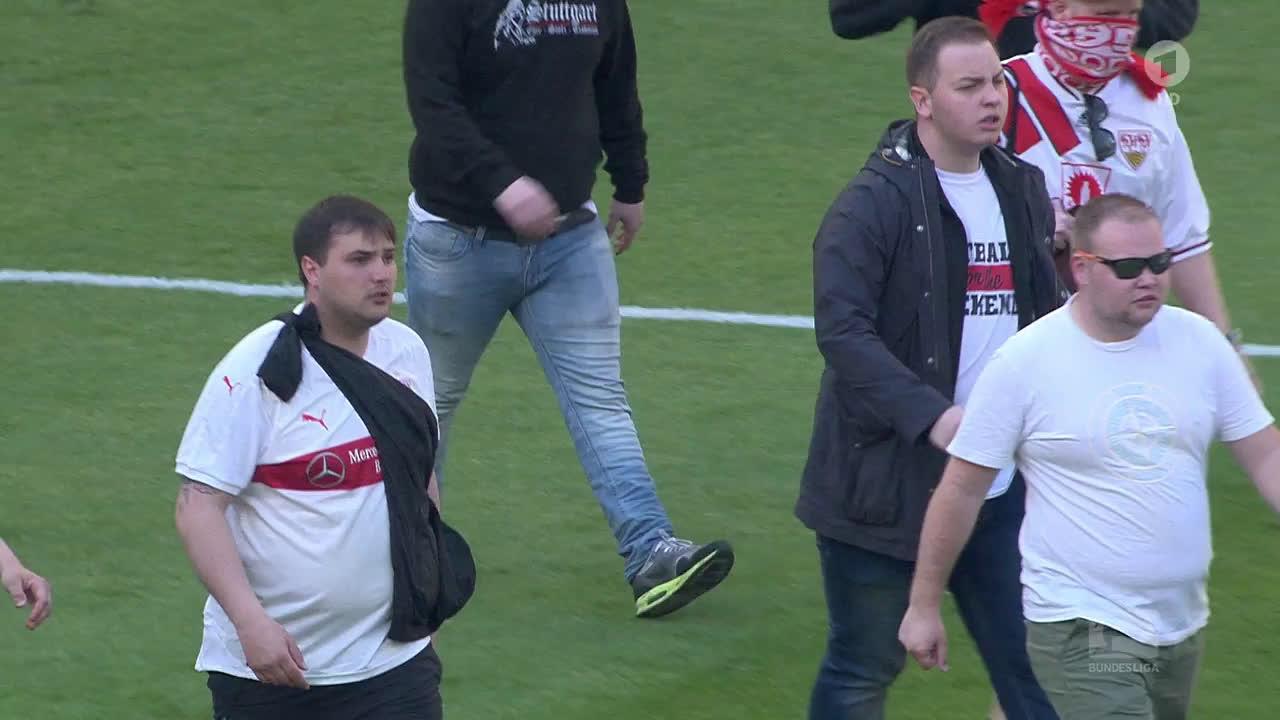 Balhé Stuttgartban  a szurkolók a pályán ütötték a játékosaikat ... 2ec65ebe16